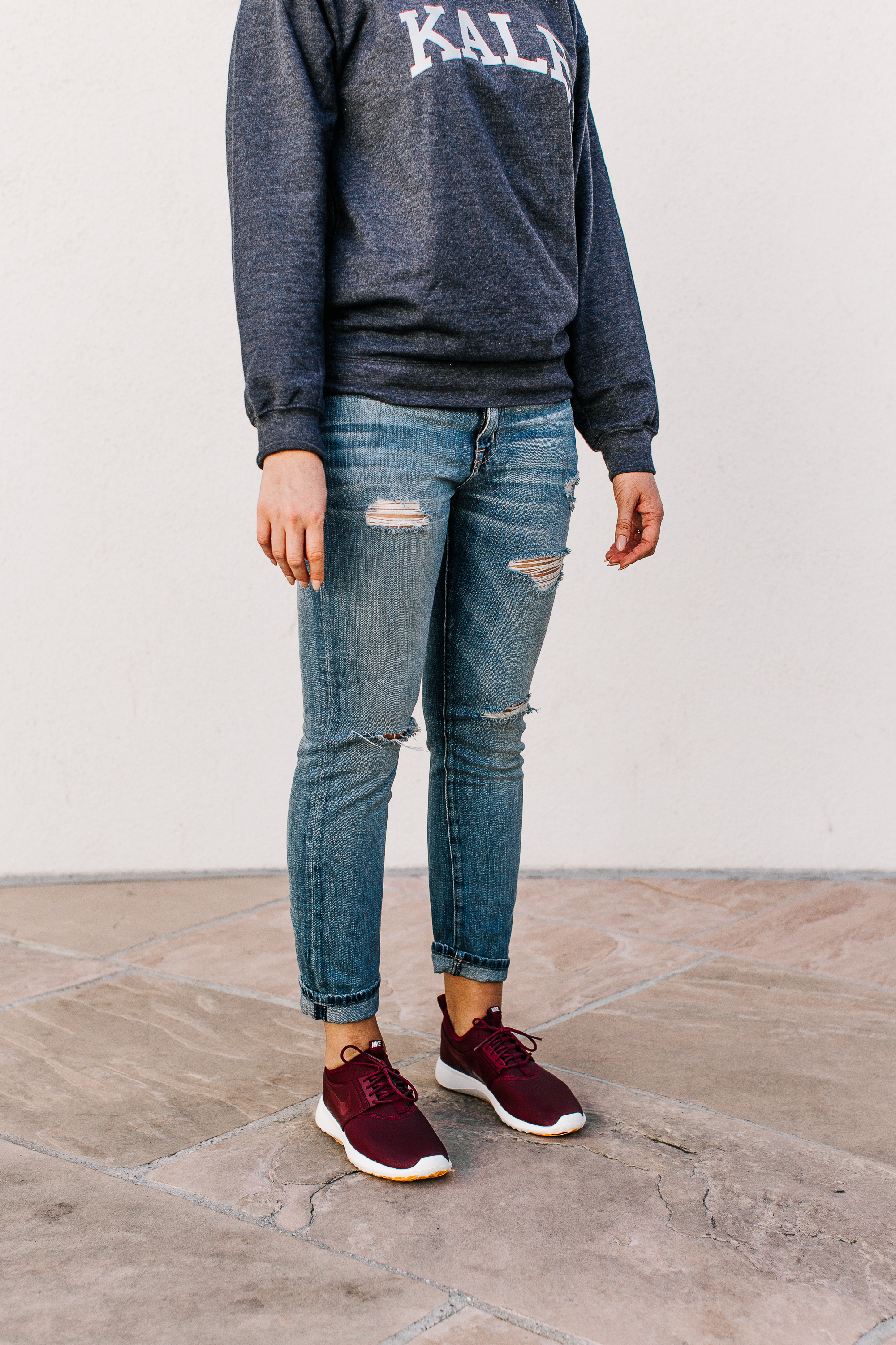 sweatshirt-boyfriend-jeans-and-nikes